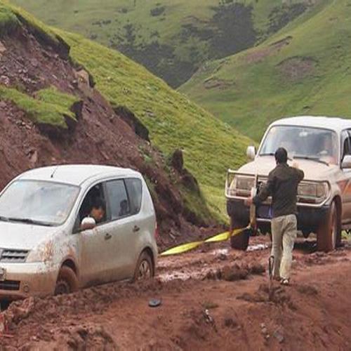 汽车陷泥潭被困施救